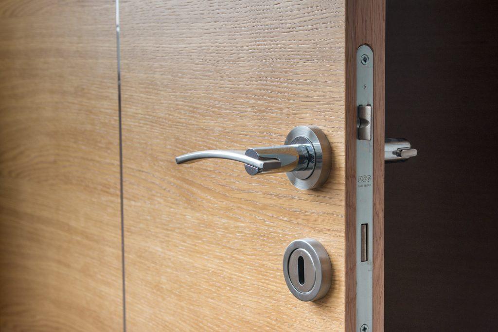 sigurnosne brave za drvena vrata